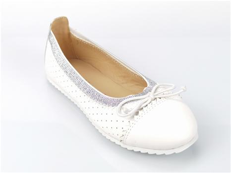 How should women's shoe manufacturers improve production efficiency